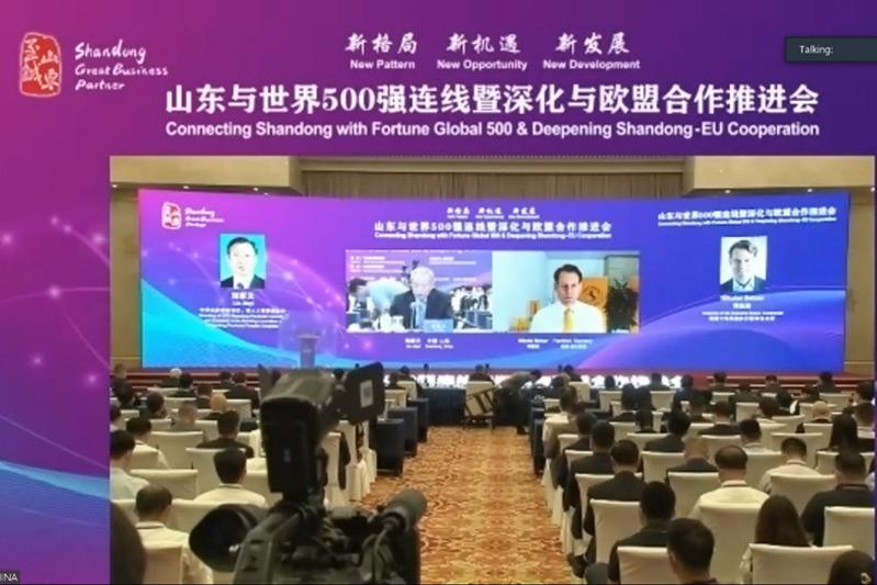 Dialogue between Liu Jiayi and Mr. Nikolai Setzer.